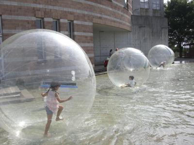 大きな透明のボールの中に入り、水の上を浮かんだり歩いたり転げたり出来るんですよネ!